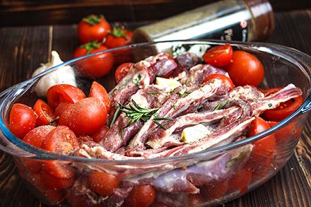 баранина запеченная с помидорами