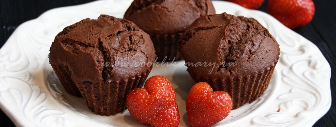 Шоколадные маффины с клубникой