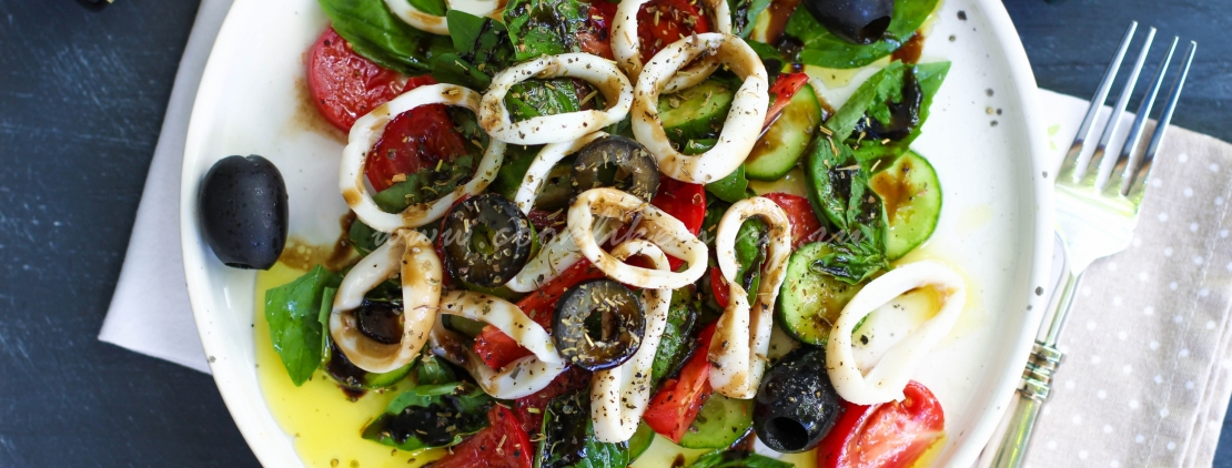 Салат с маринованными кальмарами и огурцами