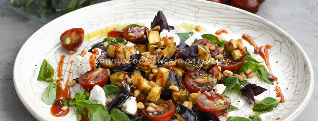 Теплый салат с хрустящими баклажанами и помидорами