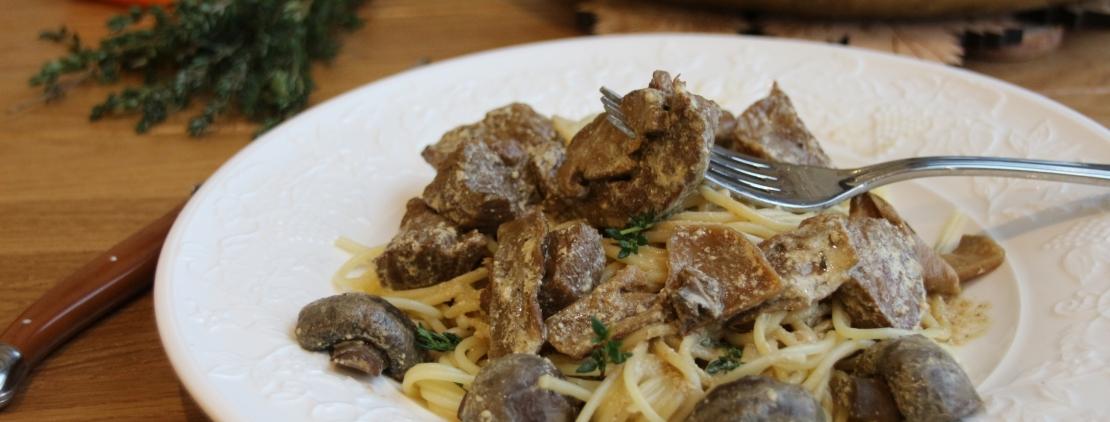 говядина тушеная в сливочном соусе с грибами