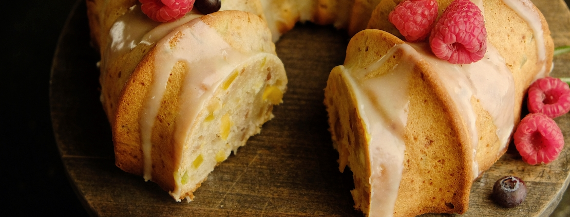 Разрез рождественского кекса с сухофруктами и орехами