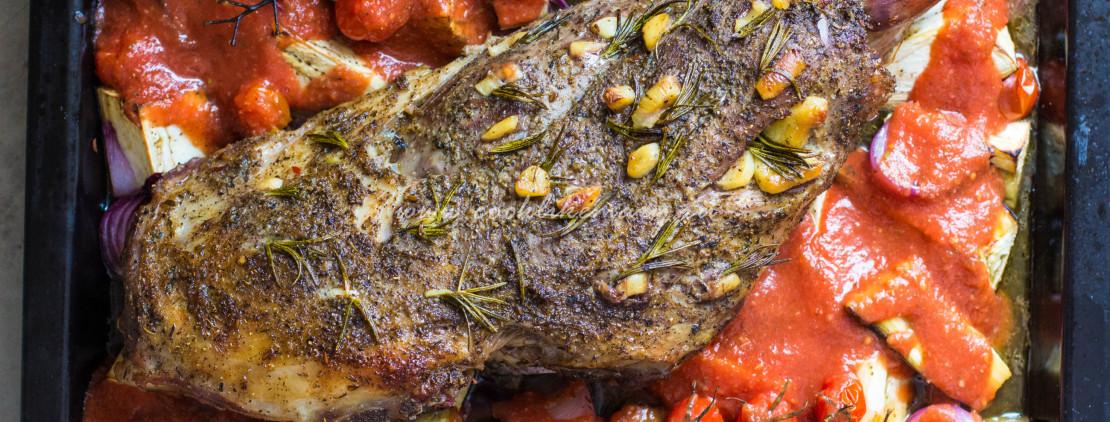 Запеченная баранья нога с баклажанами и томатным соусом