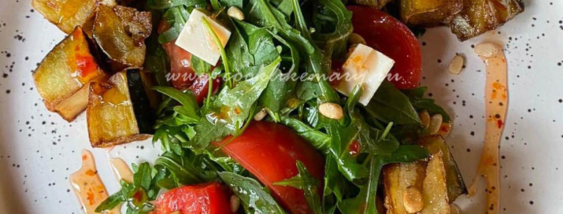 Салат с хрустящими баклажанами, помидорами и сыром тофу