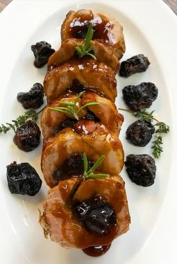 Свиная корейка с черносливом в сладком соусе