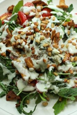 Теплый салат с жареными лисичками и соусом из голубого сыра