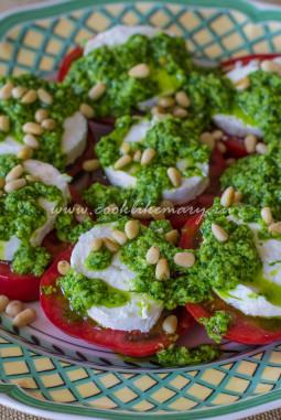 Салат с козьим сыром, томатами и соусом песто