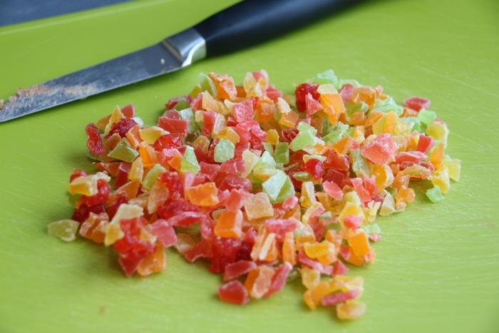 Измельчите цукаты для творожной пасхи