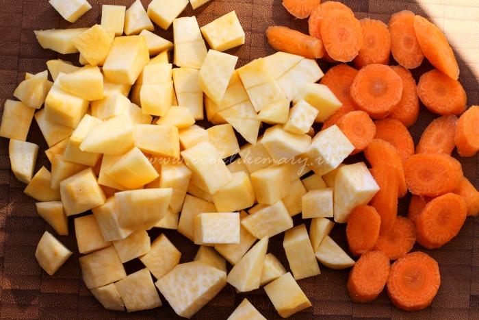 Нарезанные морковь и репа