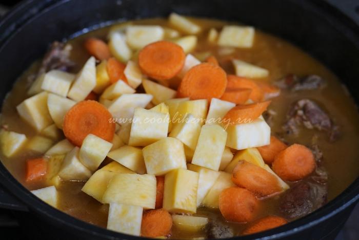 Нарезанные морковь и репа с бараниной