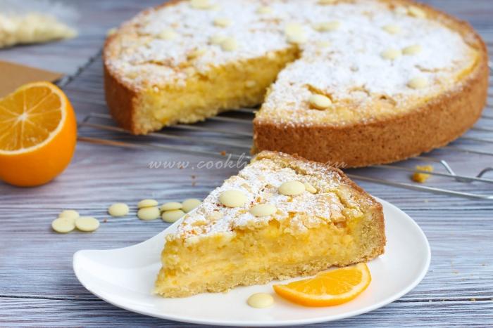Кусочек лимонного пирога со сливками и белым шоколадом