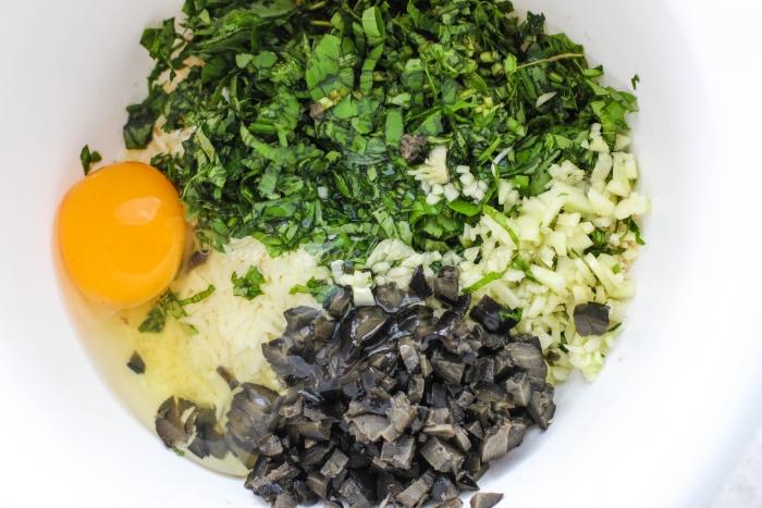 Пармезан, зелень и маслины