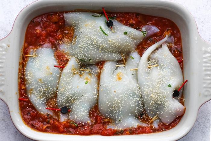 Фаршированные кальмары в томатном соусе перед запеканием