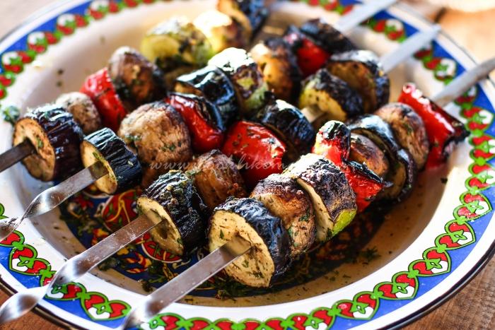 Готовый овощной шашлык на шампурах