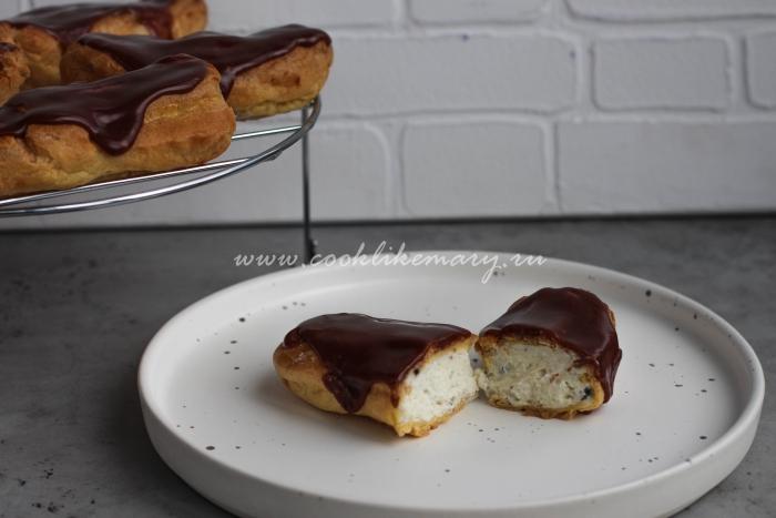 Разрезанное заварное пирожное с творожным кремом