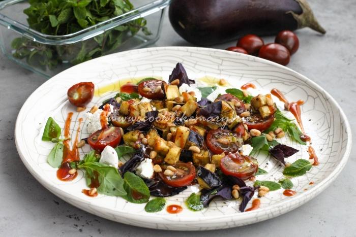 Салат с хрустящими баклажанами, помидорами и творожным сыром