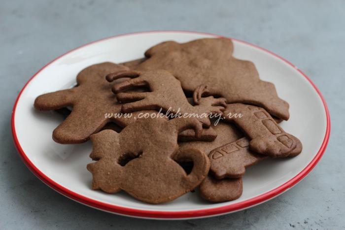 Готовое новогоднее имбирное печенье с какао