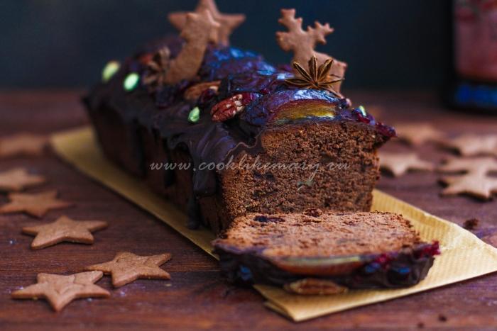 Готовый шоколадный рождественский кекс с инжиром и финиками