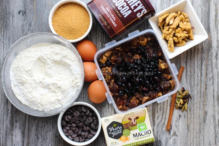 Ингредиенты для шоколадного рождественского кекса с сухофруктами