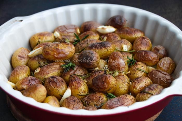 Запечённый картофель з с розмарином и чесноком