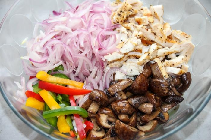 Салат из грудки и болгарского перца с шампиньонами сыром