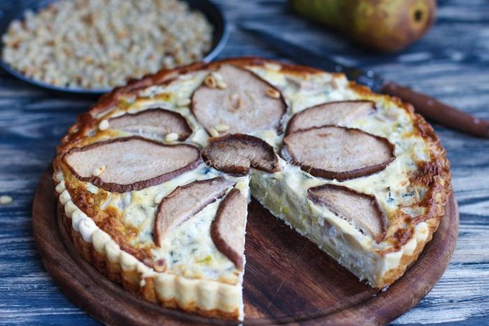 Готовый закусочный пирог с сыром и грушей