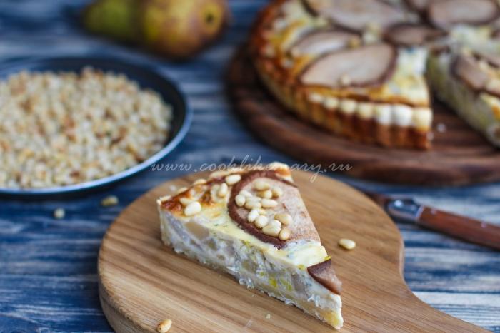 Кусочек несладкого пирога с сыром и грушей