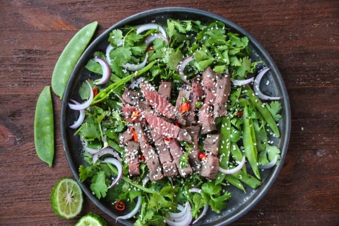 Салат с говядиной и зеленым горошком (Nam tok)