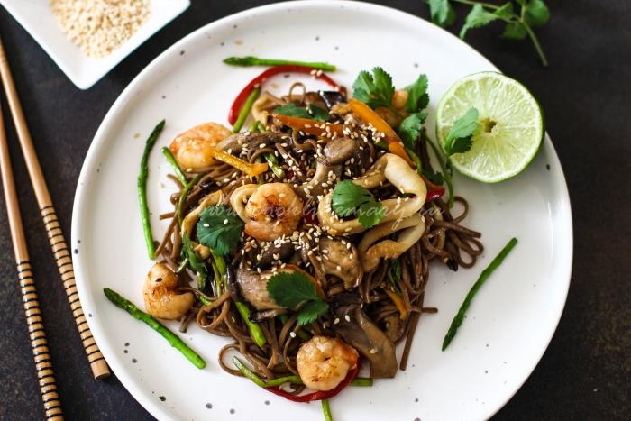 Готовое блюдо по рецепту лапши с морепродуктами и овощами
