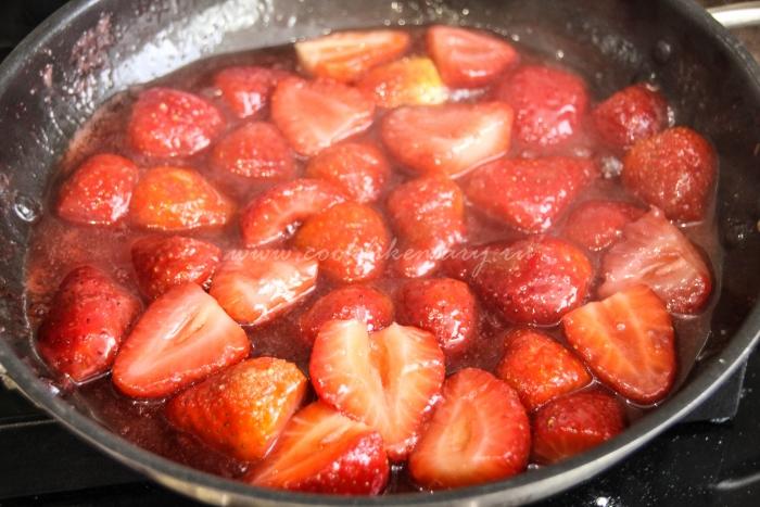 Подготовка клубники для начинки ягодного открытого пирога
