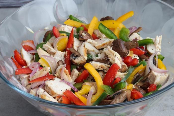 Пошаговый рецепт салата с куриной грудкой, грибами и болгарским перцем