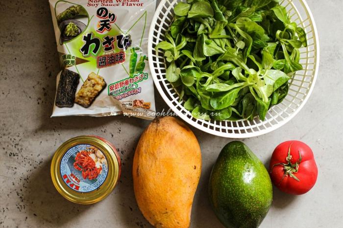 Салат с крабом, тайским манго, авокадо, бакинскими помидорами и чипсами нори