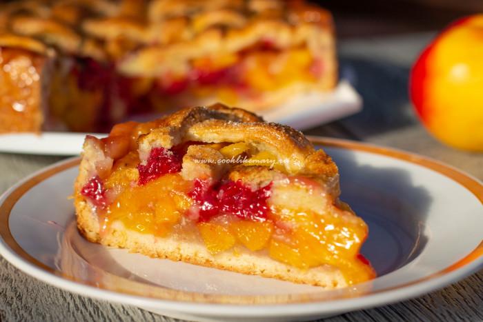 «Божественно вкусный» пирог с нектаринами и малиной в разрезе