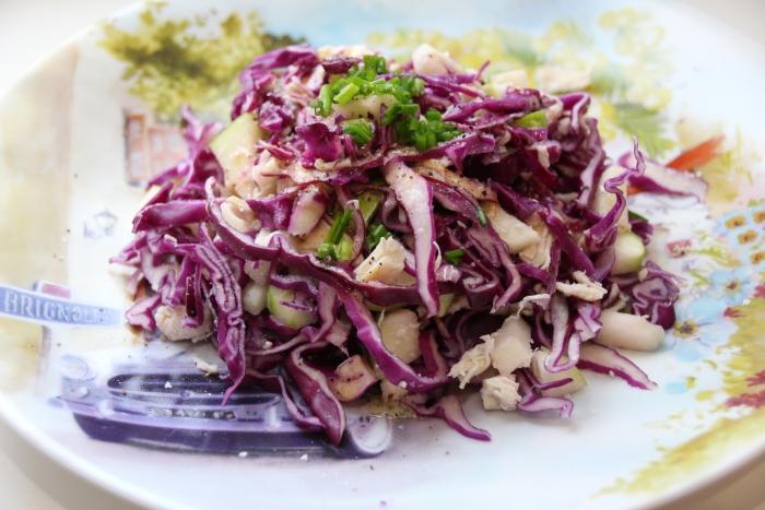 Салат из красной капусты, яблока и куриной грудки