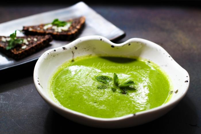 Подача крем-супа из зеленого горошка с чесночными ржаными гренками