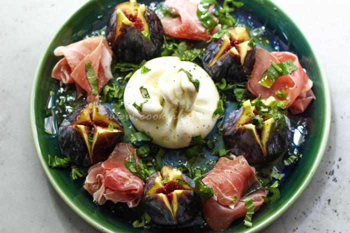 Готовый салат с инжиром и сыром