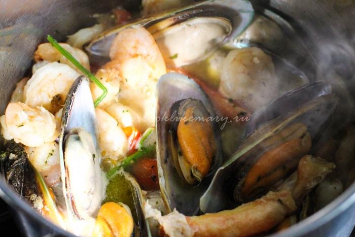 Морепродукты, смешанные с чесноком и специями в вине