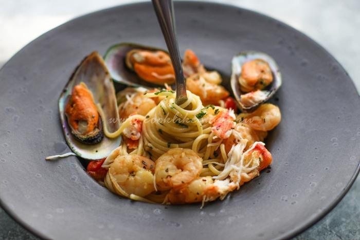 Паста с морепродуктами под соусом мариньер