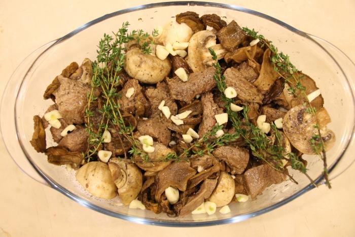 говядина тушеная с грибами в сметанном соусе