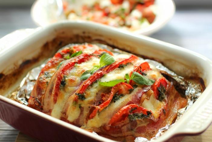 Только что приготовленная сочная грудка индейки с сыром и помидорами
