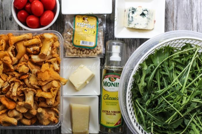 Ингредиенты для теплого салата с жареными лисичками, рукколой и помидорами под соусом из голубого сыра