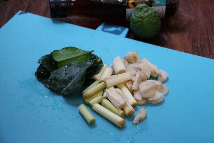Подготовка продуктов для супа Том Ям Кунг