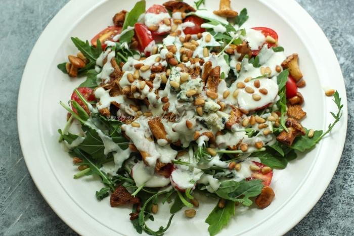 Теплый салат со вкусным сочетанием лисичек, рукколы и соуса из голубого сыра
