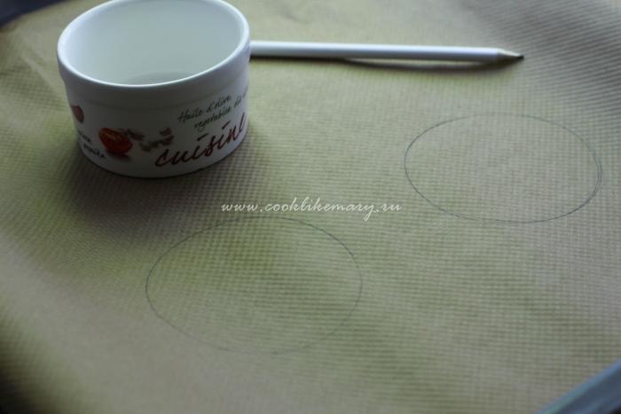 Обозначьте круги на бумаге для выпечки