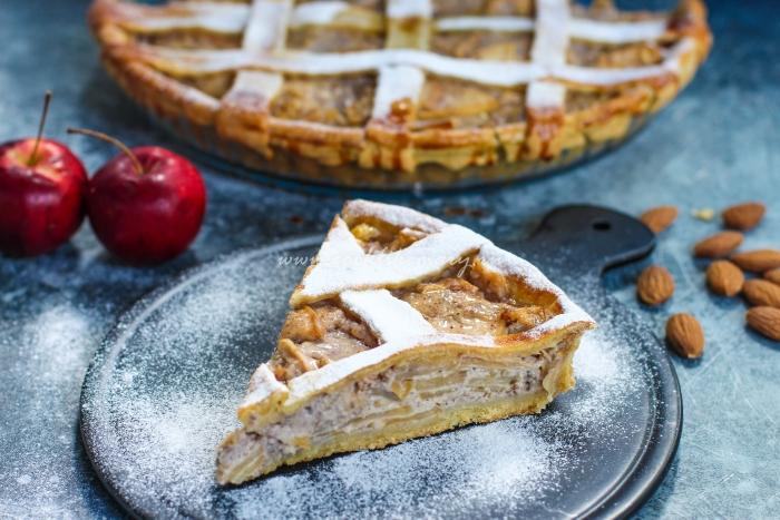 Разрез пирога с яблоками