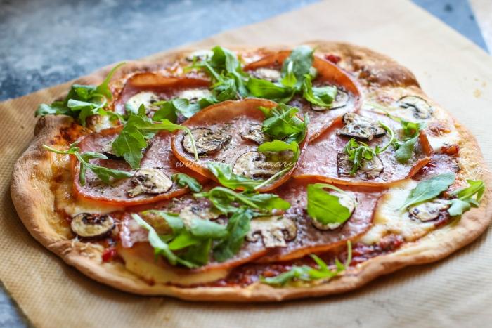 Вкусная пицца ветчина и грибы
