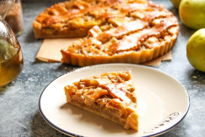 Разрез пирога с яблоком и сливочной карамелью