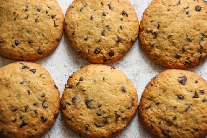 Готовое печенье с кусочками шоколада