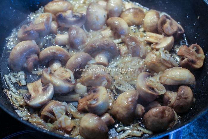 Обжарьте лук и грибы