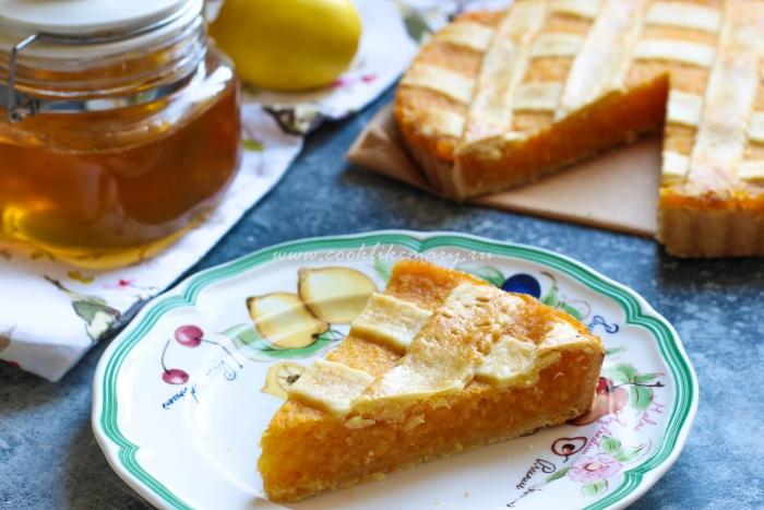 Разрез сочного лимонного пирога